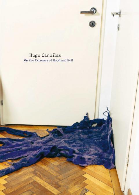 """Die Publiaktion zur Ausstellung """"Hugo Canaoilas. On the Extremes of Good and Evil"""". Zu sehen ist das Titelbild der Publikation. Eine Fotografie zweier Türen und einem Pakettboden auf dem Lila Stoff ausgelegt ist."""