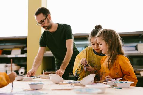 Kinder die im Atelier malen