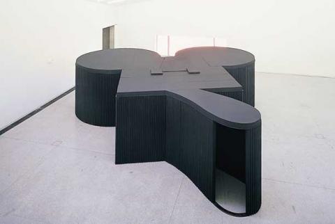 Zu sehen ist das Mouse Museum von Claes Oldenburg. Es hat die Form von Micky Mouse und ist schwarz.