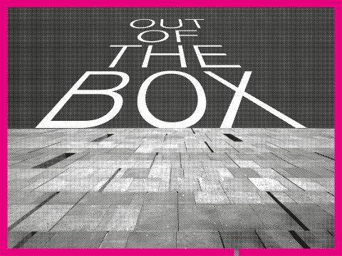 """Schwarz weißes Bild der mumok Aussenfassade mit dem Schriftzug """"Out of the Box"""""""