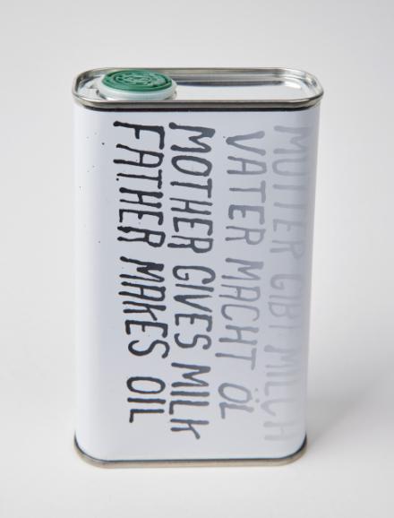 """Ein Natives Bio-Olivenöl extra mit dem Design von Steve Reinke mit der Aufschrift """"Mutter gibt Milch, Vater macht Öl"""" in Deutsch und Englisch"""