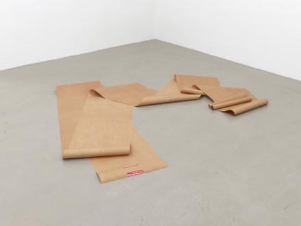 Eine Realistische Zeichung - es schaut aus als würde eine Rolle Papier am Boden aufgerollt daliegen