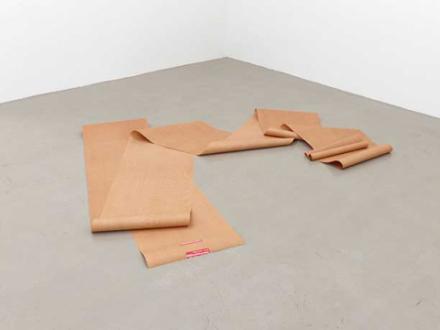 Eine realistische Zeichung - Eine Zeichnung einer Rolle Papier am Boden aufgerollt