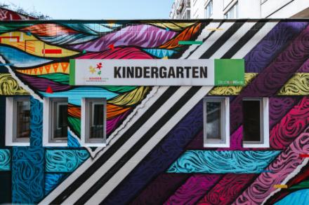 Ein Bunter, mit Grafitti bemalter Kindergarten der Stadt Wien