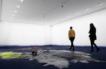 Ausstellungsansicht von Hugo Canoilas mit zwei Besucher*innen
