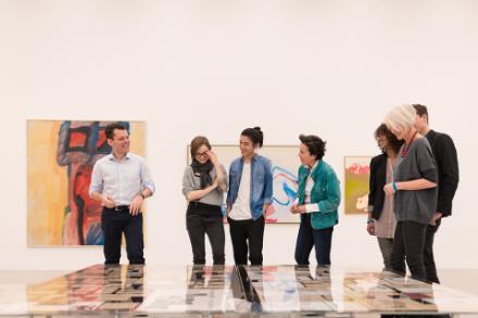 Besucher bekommen eine Fürhung unserer Kunstvermittler