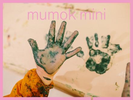 Eine bemalte Kinderhand sowie der Abdruck auf ein Papier dieser Hand