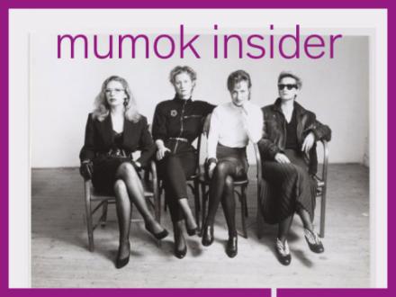 S/W Fotografie von 4 Frauen sitzend auf Sesseln nebeneinander