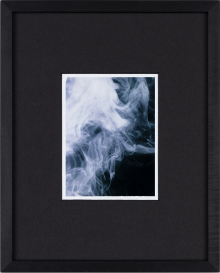 EIne Edition von Eileen Quinlan, zu sehen ist Rauch in Weiß und Blau tönen gehalten auf dunklem Hintergrund.