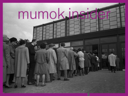 S/W Foto von wartenden Menschen vor dem 20er Haus