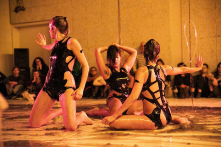 Tänzerinnen performen am Boden in glibberigem Material
