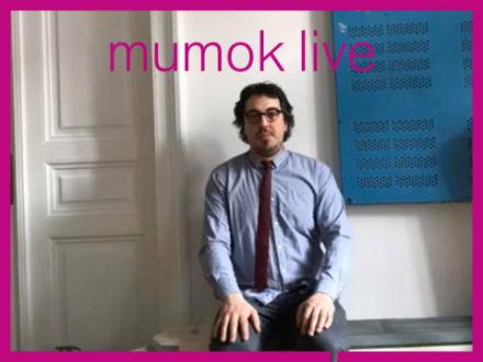 Julian Turner sitzt in einem Wohnzimmer