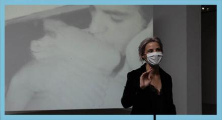 Kuartorin erklärt vor einem Video aus der Andy Warhol Exhibits Ausstellung