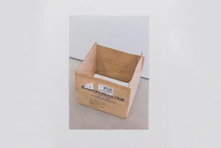 Grey Literature von Ane Mette Hol. Fotorealitische Zeichnung von Verpackungsmaterial