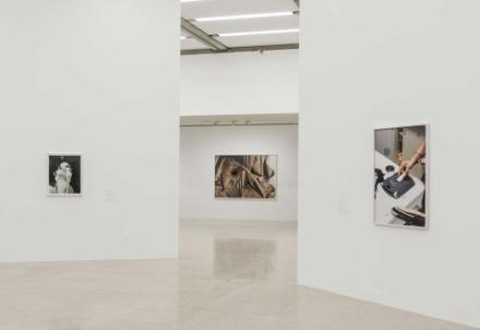 Ausstellungsansicht eines Teils der Ausstellung von Objects Recognized in Flashes. Zu sehen sind drei Bilder von Eileen Quinlan, Josephine Pryde und Michele Abeles