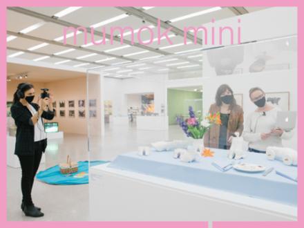 Kunstvermittlerinnen in der Ausstellung von Ingeborg Strobl
