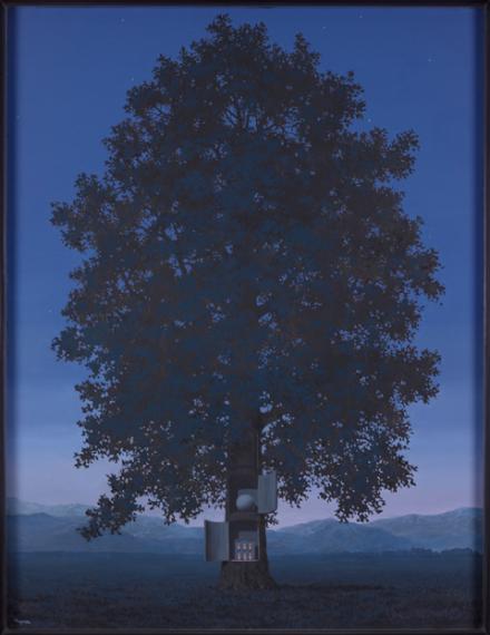 Zu sehen ist ein blauer Baum mit Blauen Himmel von Magritte