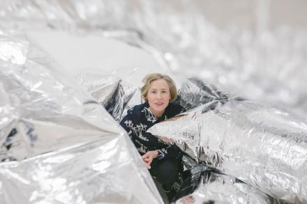 Karola Kraus zwischen silbernen Ballons in der Warhol Ausstellung