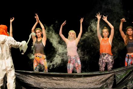 Tanzende Mädchen zwischen Rauch