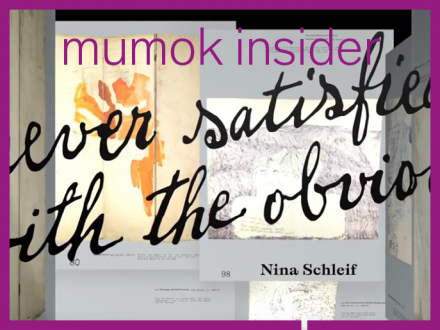 "Schrift: ""never satisfied with the obvious"" auf buntem Hintergrund"