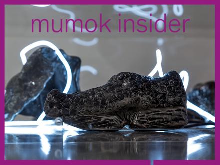 Lavaartige Gesteinsbrocken mit Neonbeleuchtung