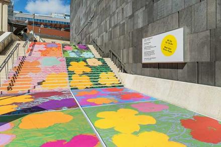 """Treppenbeklebung vor dem mumok mit Andy Warhols """"Flowers"""""""